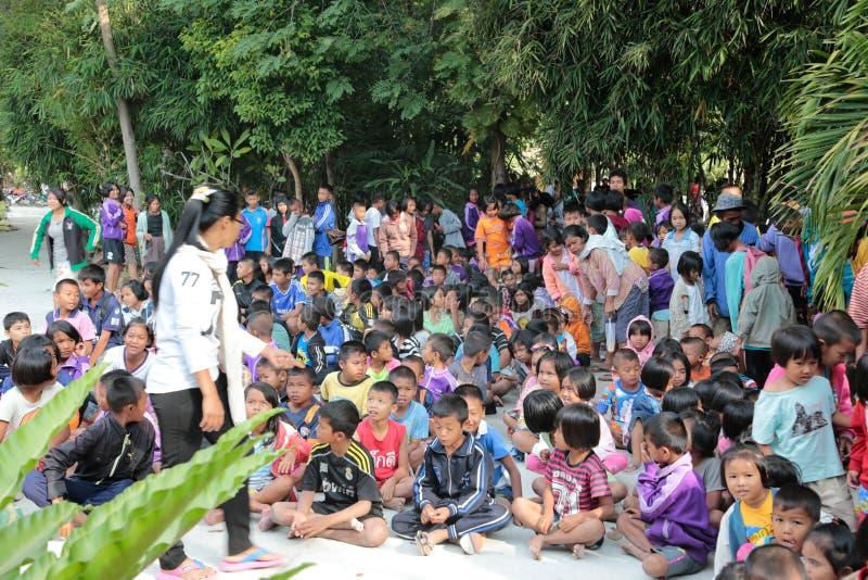 Donation av mat till barn arkivbilder