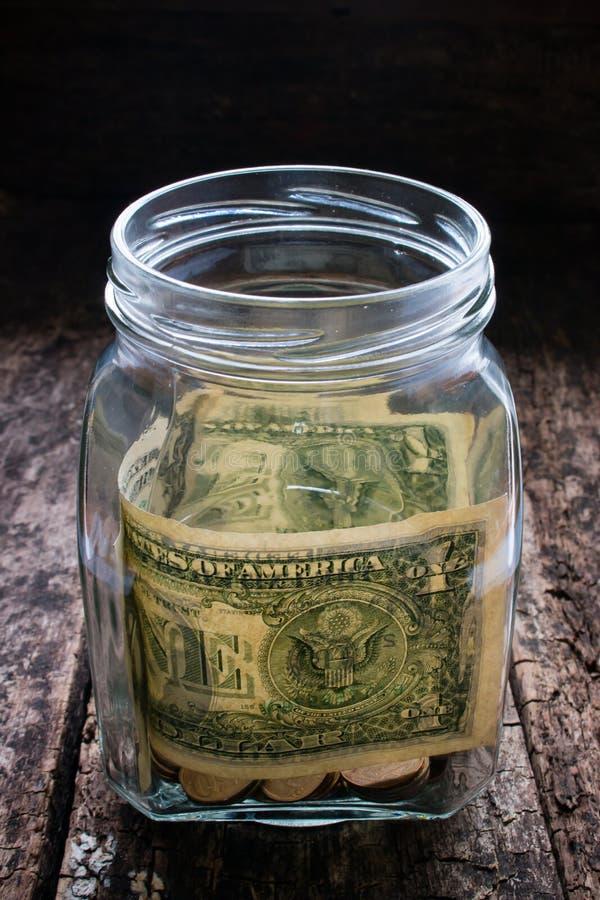 Donationer som hjälper de i behov av pengar i ett exponeringsglas royaltyfri bild