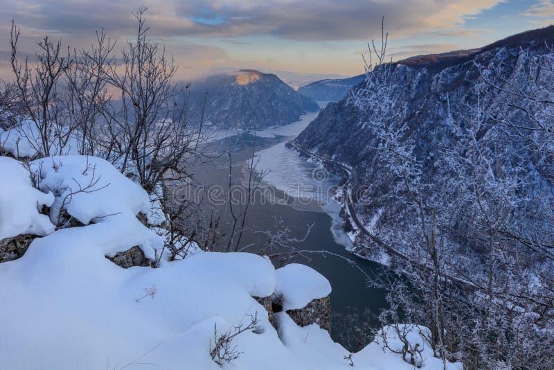Donau-Schluchten im Winter rumänien stockbilder