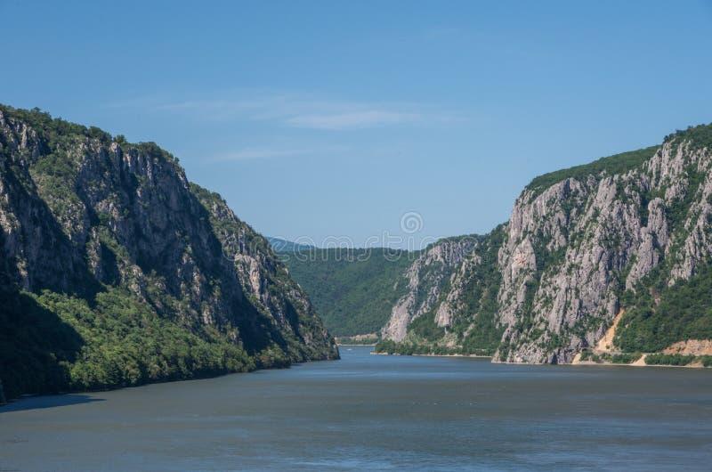 Donaugräns mellan Rumänien och Serbien Landskap i Donauklyftorna royaltyfria foton