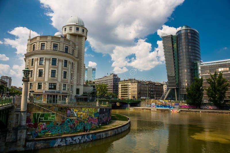 Donaukanal - canal de Danube de Vienne, Autriche À la droite la nouvelle UNIQA-tour et vis-à-vis de l'Urania de construction hist images libres de droits