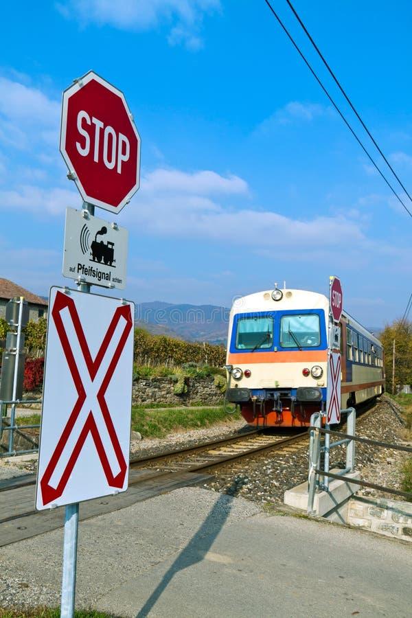 Donauuferbahn. El cruzar sin barreras fotografía de archivo