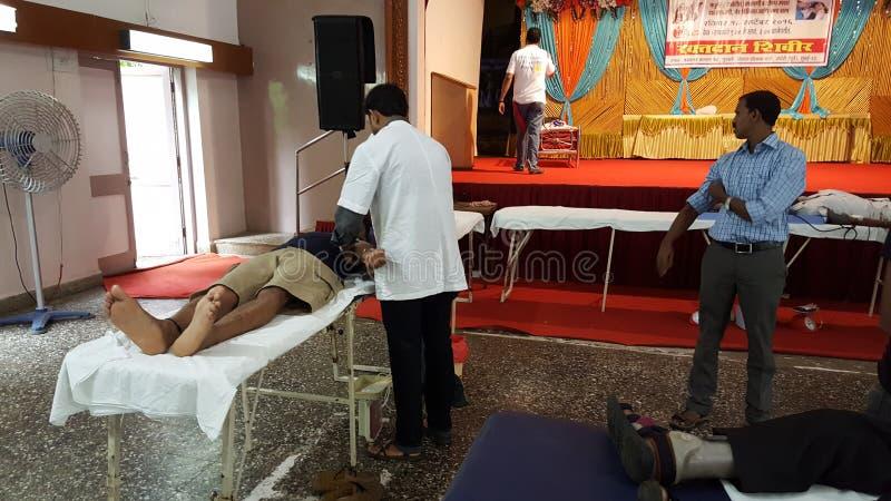 Donazione di sangue al controllo sanitario di salute pubblica sul campo immagini stock libere da diritti