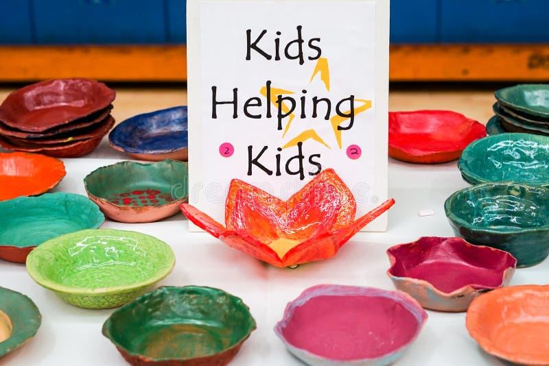 Donazioni ceramiche fatte dai bambini fotografia stock libera da diritti