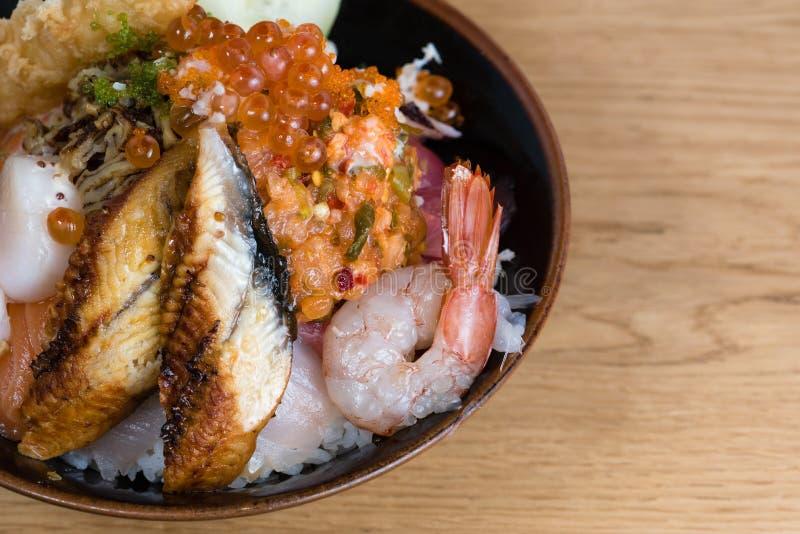 Donburi giapponese tipico del pesce, tempura del gamberetto, gamberetti crudi, raccordi di color salmone, tonno arrostito, cavial immagini stock