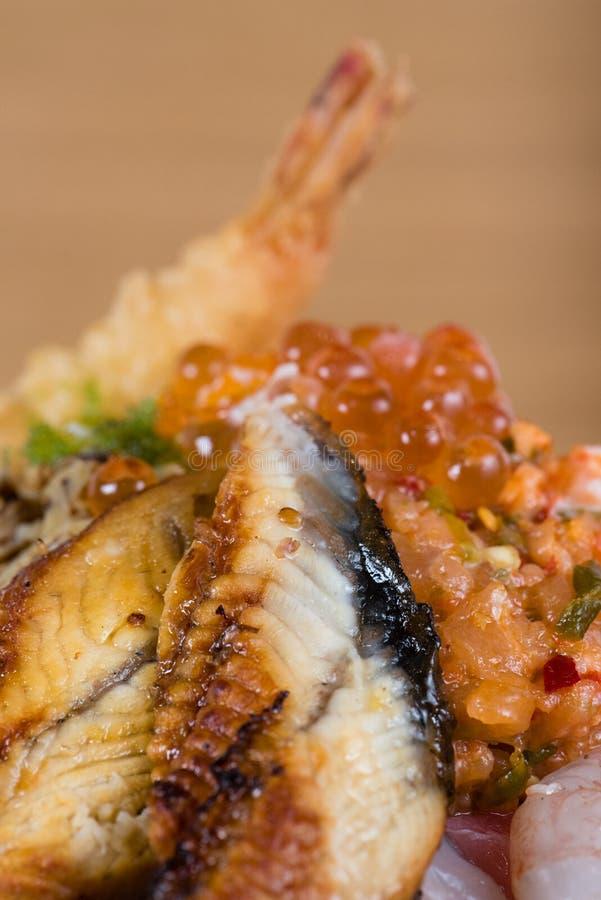 Donburi japonais typique de poissons, tempura de crevette, crevettes crues, filets saumon?s, thon grill?, caviar, thon tartare, c photos stock