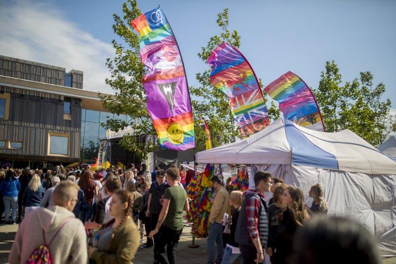 Doncaster orgulho festival, bandeiras e tendas do 19 de agosto de 2017 LGBT imagens de stock