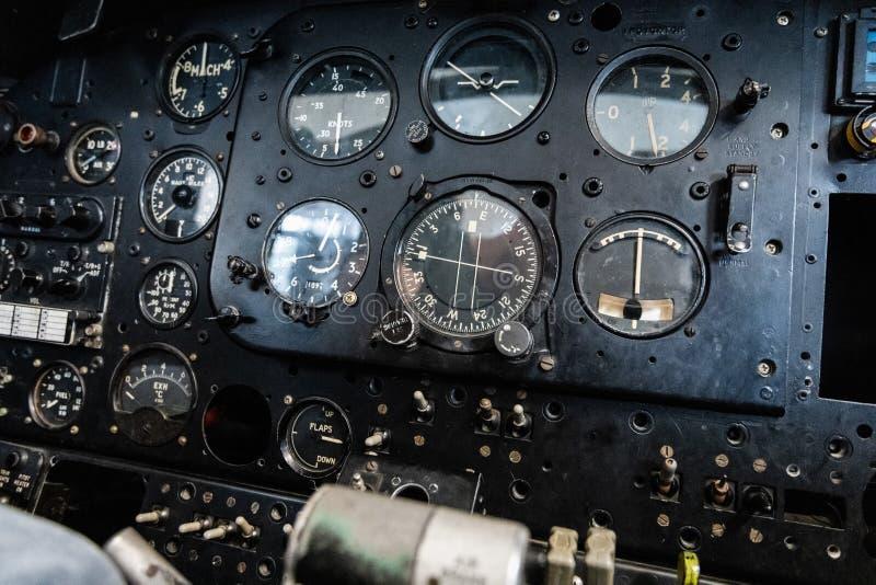 DONCASTER, REGNO UNITO - 28 LUGLIO 2019: Chiuda su di una cabina di pilotaggio degli aerei che mostra gli strumenti ed i pannelli immagine stock