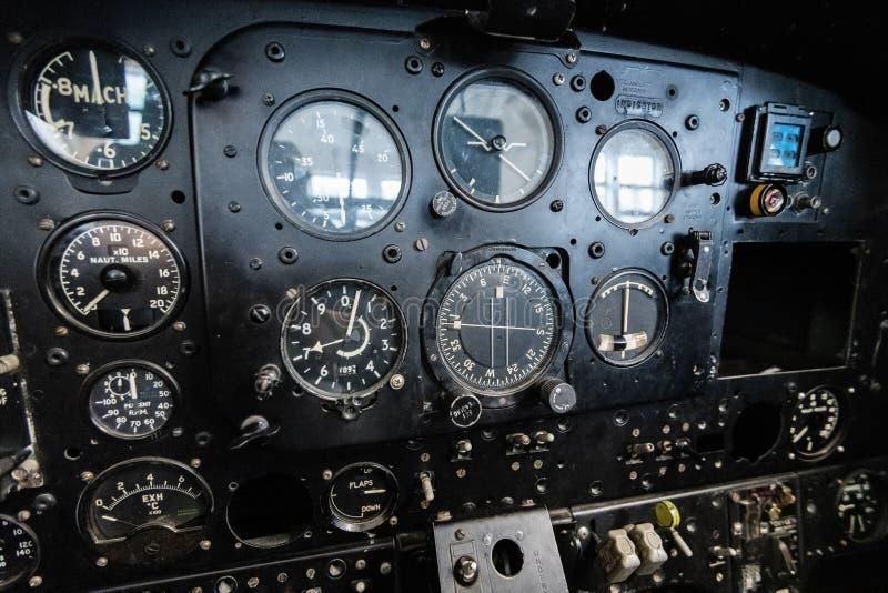 DONCASTER, REGNO UNITO - 28 LUGLIO 2019: Chiuda su di una cabina di pilotaggio degli aerei che mostra gli strumenti ed i pannelli immagine stock libera da diritti