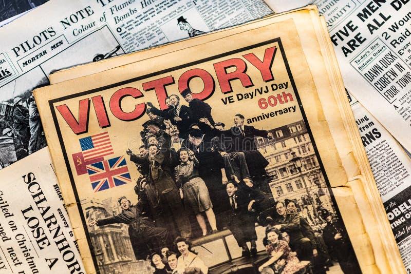 DONCASTER, REGNO UNITO - 28 LUGLIO 2019: Giornali dalla seconda guerra mondiale con i titoli della vittoria nel giorno di Europa  fotografie stock