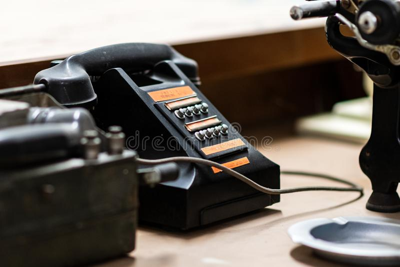 DONCASTER, REGNO UNITO - 28 LUGLIO 2019: Un vecchio telefono d'annata dell'esercito si siede su uno scrittorio su esposizione ad  fotografie stock libere da diritti