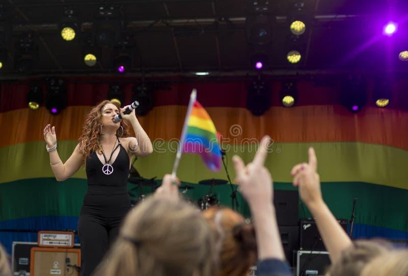 Doncaster stolthet19 Augusti 2017 LGBT festival, Donna Ramsdale, Jess arkivbilder