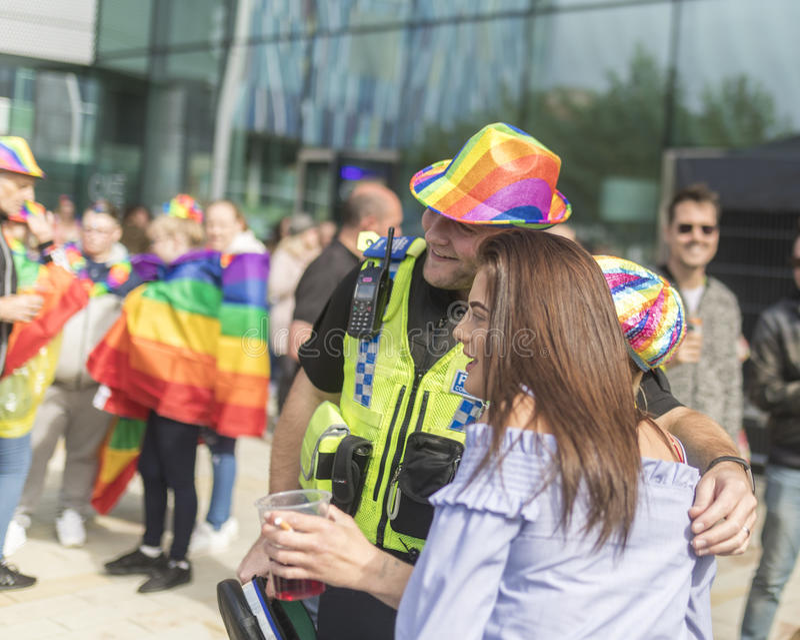 Doncaster stolthet19 Augusti 2017 LGBT festival, polisen som har rolig joi royaltyfri bild