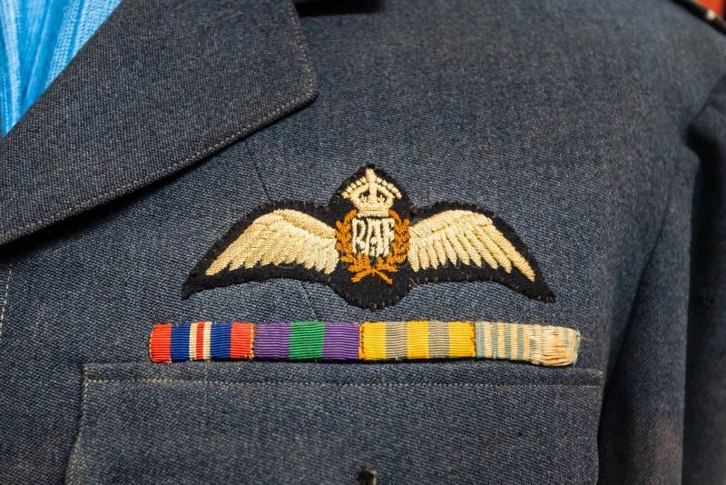 DONCASTER UK - 28TH JULI 2019: Det RAF Queens Crown emblemet på en likformig för piloter för världskrig 2 royaltyfria foton