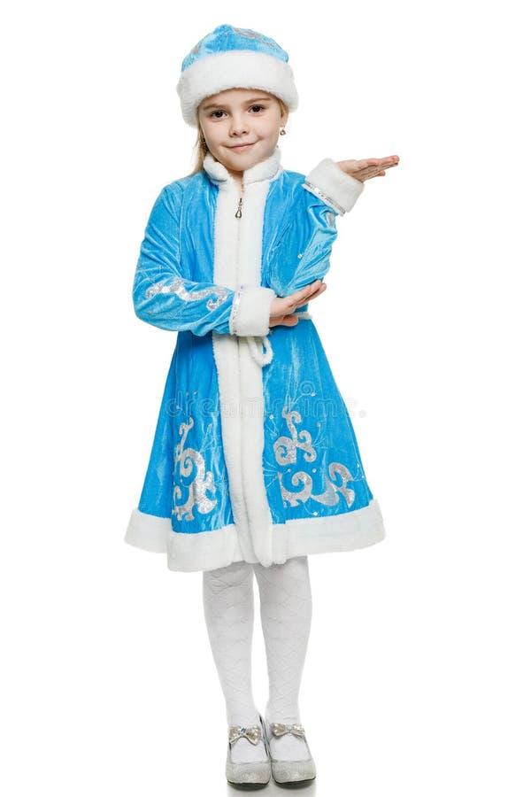 Doncella de la nieve de la niña que lleva a cabo el espacio en blanco de la copia en su palma abierta foto de archivo libre de regalías