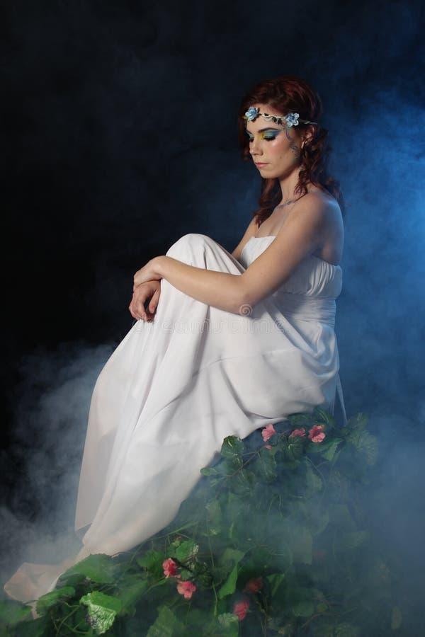 Doncella en descanso en la niebla imagen de archivo libre de regalías