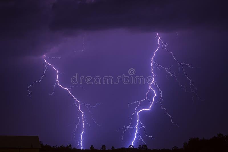 Donder, de bliksem en de regen van het de zomeronweer de brengende stock foto's
