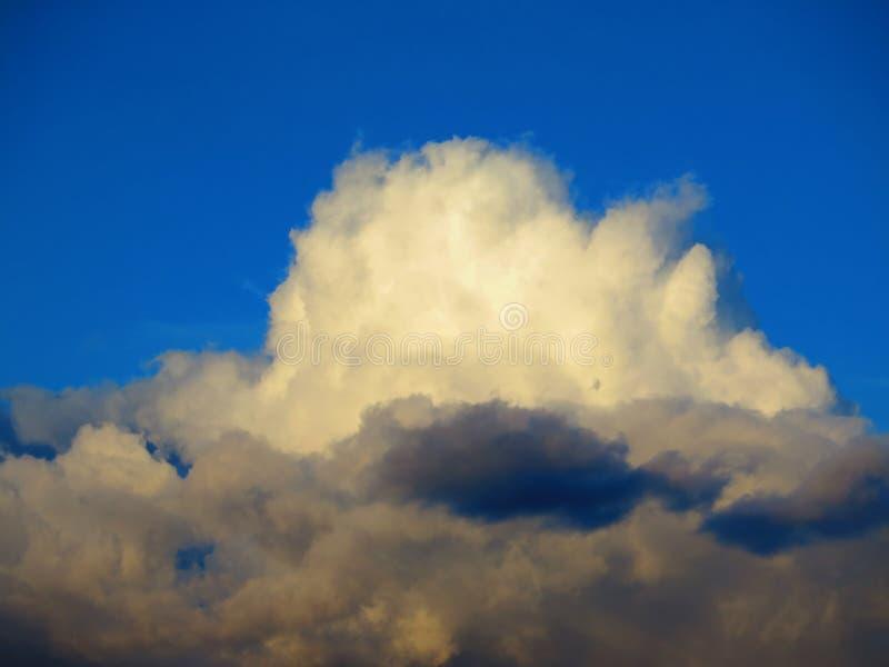 Donderwolken en blauwe hemel stock fotografie