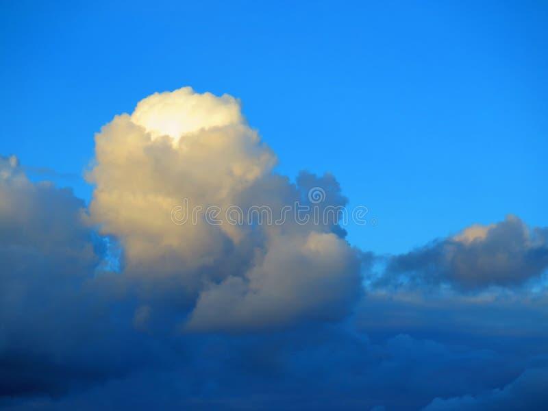 Donderwolken en blauwe hemel stock foto's