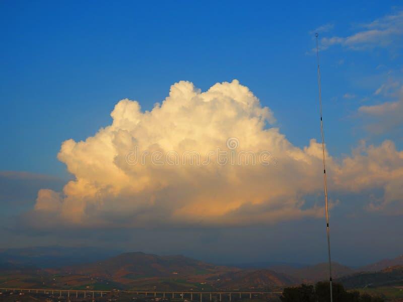 Donderwolken en blauwe hemel royalty-vrije stock foto's