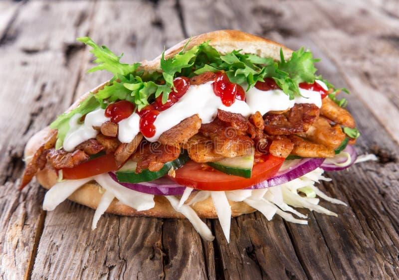 Doner kebab - grillade kött, bröd och grönsaker royaltyfri foto