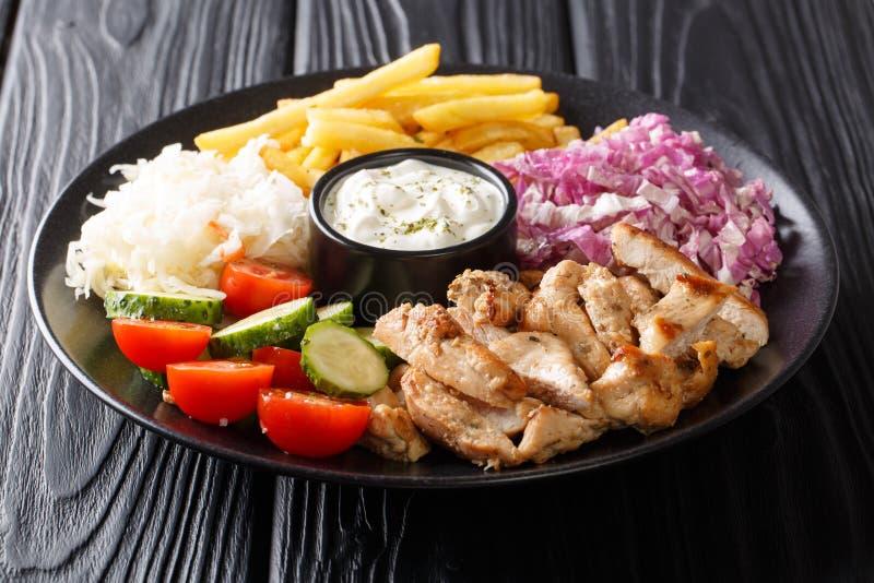 Doner kebab na talerzu z dłoniakami, sałatką i kumberlandem w górę stołu francuza, dalej horyzontalny fotografia stock