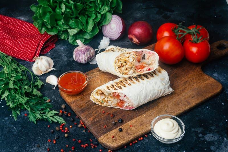 Doner-Kebab shawarma oder doner Verpackung Gegrilltes Huhn auf lavash Pittabrot mit Frischgemüse - Tomaten, grüner Salat, stockfotos