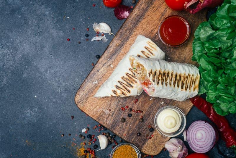 Doner-Kebab shawarma oder doner Verpackung Gegrilltes Huhn auf lavash Pittabrot mit Frischgemüse - Tomaten, grüner Salat, lizenzfreie stockfotos