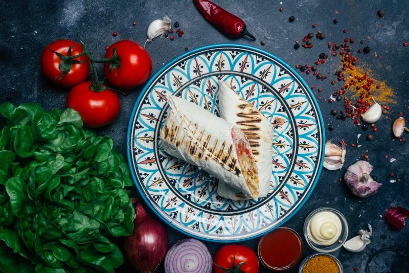 Doner-Kebab shawarma oder doner Verpackung Gegrilltes Huhn auf lavash Pittabrot mit Frischgemüse - Tomaten, grüner Salat, stockbilder