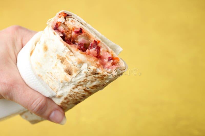 Doner kebab, shawarma w pita w żeńskiej ręce obrazy royalty free