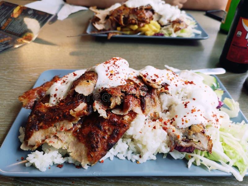 Doner Kebap på en platta med ris och en variation av sallader royaltyfri bild
