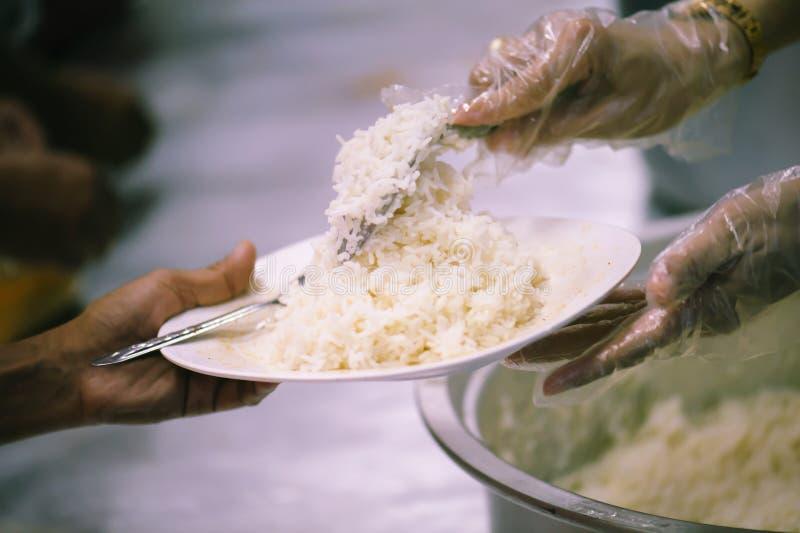 Donera mat till folk i samhälle: Från filantropet som ska hjälpas: Hemlösa begrepp och armod arkivbilder