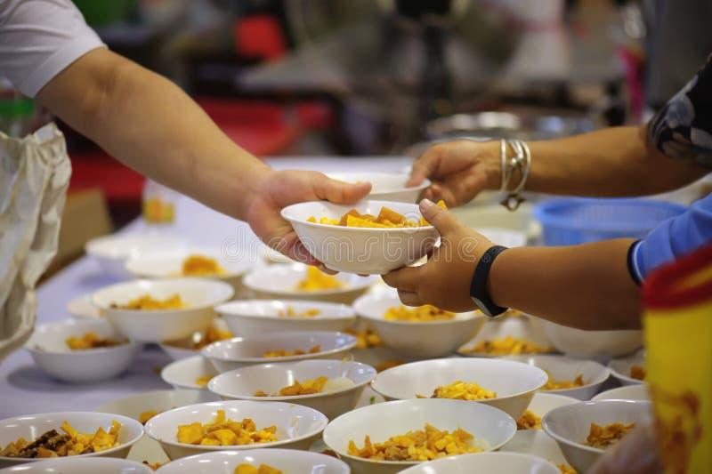 Donera mat till folk i samhälle: Från filantropet som ska hjälpas: Hemlösa begrepp och armod royaltyfri fotografi