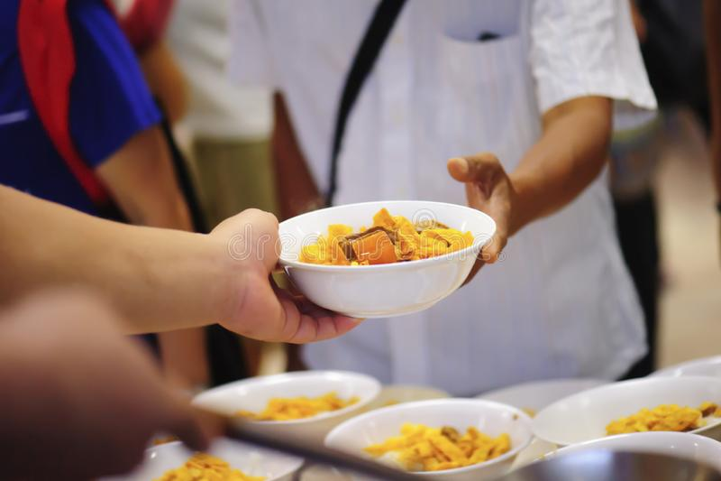 Donera mat till folk i samhälle: Från filantropet som ska hjälpas: Hemlösa begrepp och armod arkivbild