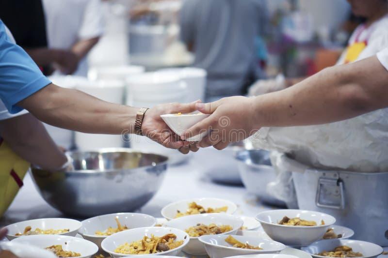 Donera mat till folk i samhälle: Från filantropet som ska hjälpas: Hemlösa begrepp och armod royaltyfri bild