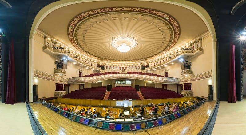 DONETSK, DE OEKRAÏNE 25 Augustus 2017 Panorama van het dramatische theater van opera en ballet royalty-vrije stock afbeelding