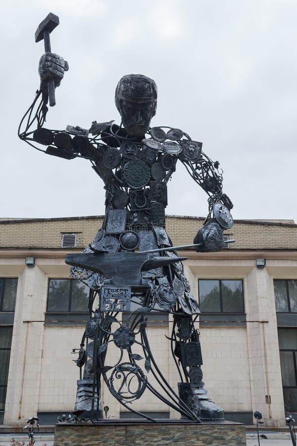 Donetsk, de Oekraïne - Mei 09, 2017: Het beeldhouwwerk van het Hephaestus` ijzer in t royalty-vrije stock foto