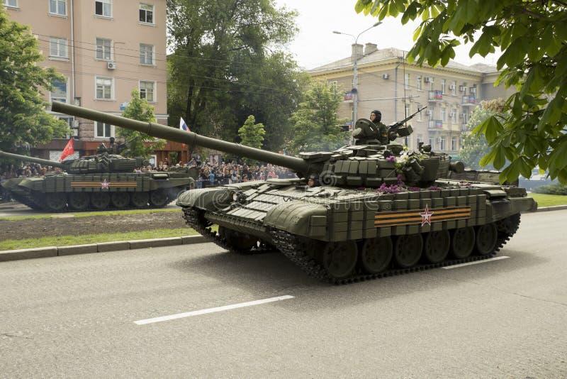 Donetsk, Donetsk republika ludzie, Ukraina †'2016, Maj 9: Zbiorniki na zwycięstwo paradzie obrazy royalty free