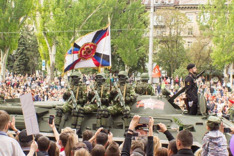 DONETSK Donetsk folkrepublik Maj 9, 2018: Sovjetiskt bepansrat infanteri stöttar maskinen på den huvudsakliga gatan av den Donets royaltyfria foton
