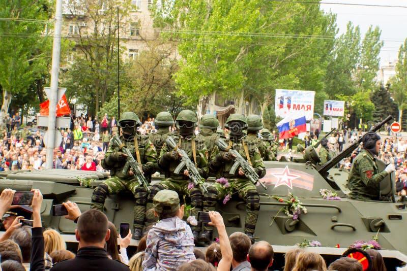 DONETSK Donetsk folkrepublik Maj 9, 2018: Sovjetiskt bepansrat infanteri stöttar maskinen på den huvudsakliga gatan av den Donets royaltyfri fotografi