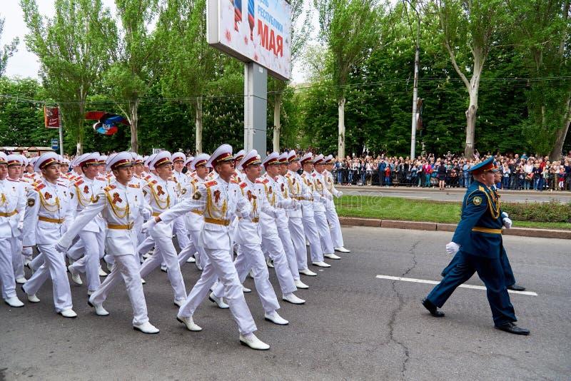 donetsk L'Ukraine - 9 mai 2018 Défilé en l'honneur de victoire dans la deuxième guerre mondiale photos stock