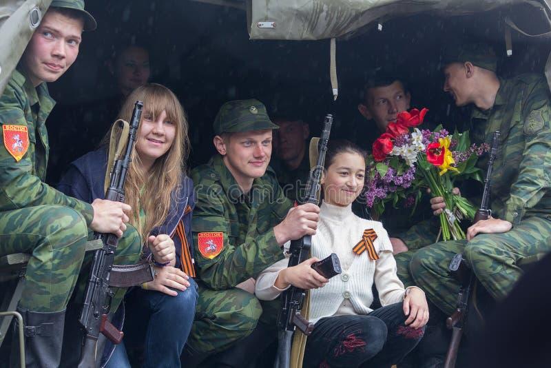 Donetsk - Mei, 9, 2015: De militairen paraderen deelnemers en residen royalty-vrije stock foto's