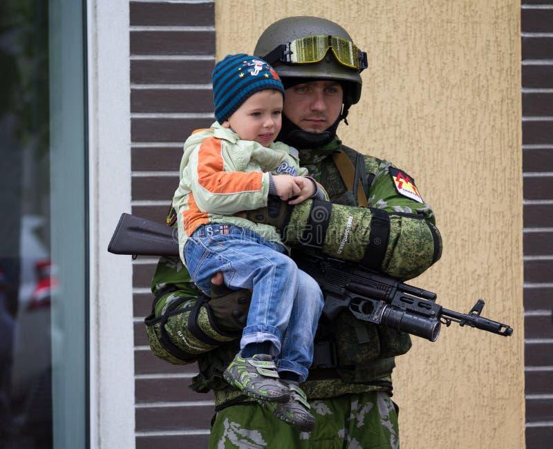 Download Donetsk - Mei 9, 2015: De Volksrepubliek Van Donetsk Van Het Militairleger Is Redactionele Afbeelding - Afbeelding bestaande uit republiek, strijdlustig: 54087720