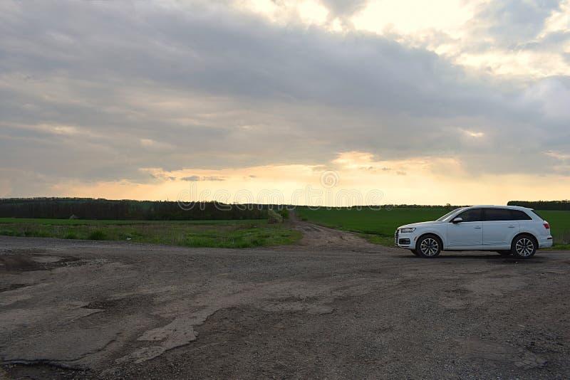 Donetsk-Region, Ukraine, im Mai 2019 Ein wei?es Audi-Auto an Kreuzungen ist f?r Stra?en bewertet stockfotografie