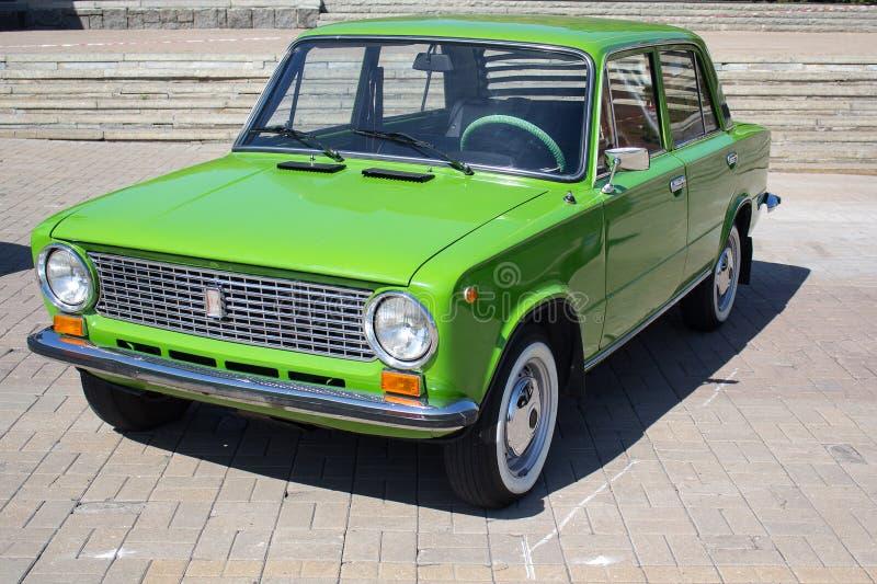 Donetsk, Ucrânia - 26 de agosto de 2018: carro retro Soviete-feito VAZ-2101 na exposição imagens de stock
