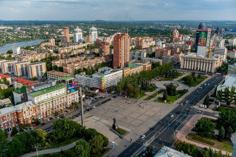 DONETSK, UCRÂNIA - 2 de agosto de 2013: vista panorâmica do quadrado central de Donetsk Lenin de cima de fotografia de stock