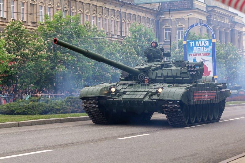 Donetsk, Ucrânia - 9 de maio de 2017: Tanque do exército da república autoproclamado do ` s dos povos de Donetsk na parada milita foto de stock