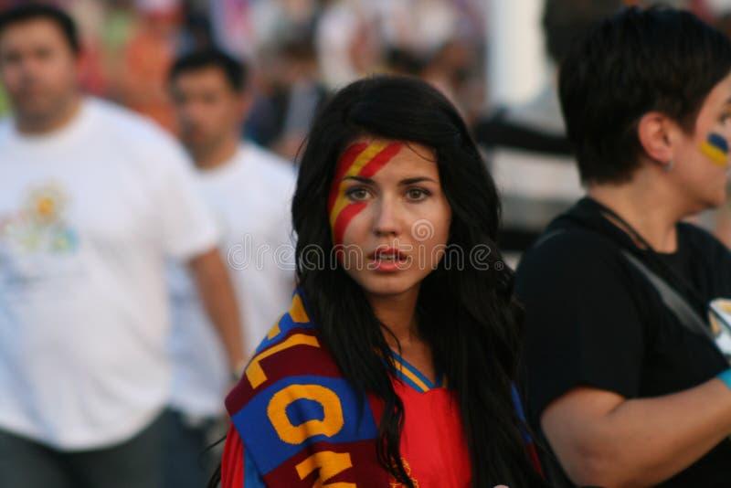 Donetsk, Ucrânia - 06 23 2012: Fan de futebol espanhóis na frente do estádio da arena de Donbass no campeonato EURO-2012 fotografia de stock