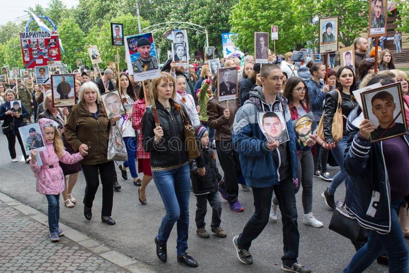 Donetsk, Ucrania - 9 de mayo de 2017: Participantes del régimen del Immortal de la acción imagenes de archivo