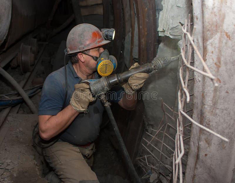 Donetsk, Ucrania - marzo, 14, 2014: Minero que trabaja subterráneo adentro foto de archivo